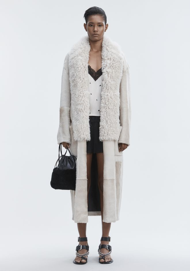 ALEXANDER WANG VESTES ET VÊTEMENTS OUTDOOR Femme LEATHER ROBE WITH SHEARLING COLLAR